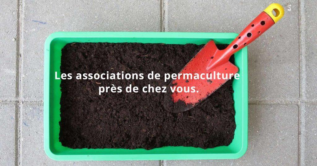 Bac de terre et une mini pelle rouge